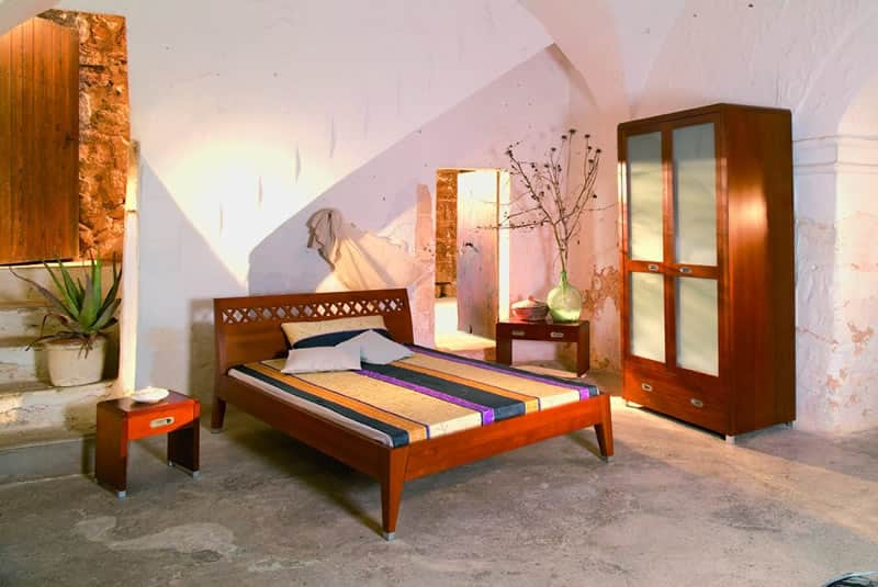 Wer hier schläft, findet Ruhe in der formvollendeten Balance von Soncomo. Auf dem Foto abgebildet Nussbaum Massivolz. Lieferbar aber auch in Buche oder Kirschbaum.