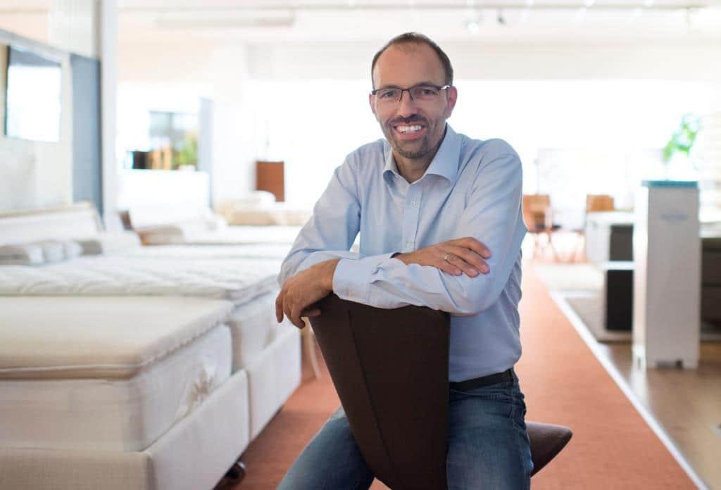 sind sie schon ein kunde bei uns in kassel nein dann mal los liegen sitzen betten. Black Bedroom Furniture Sets. Home Design Ideas